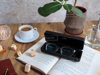 テーブルの上にコーヒーを一杯入れるの写真・画像素材[3748653]
