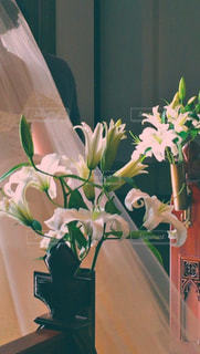 テーブルの上の花の花瓶の写真・画像素材[1885695]