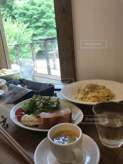 食品やコーヒー テーブルの上のカップのプレート - No.737458