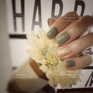 花を持っている手 - No.870002