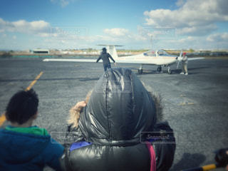 風が冷たい飛行場の少年 - No.877363