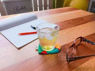 氷,テーブル,ハート,木製,ノート,冷たい,キャップ,緑茶,日本茶,コースター,仕事中,ボールペン,休憩中,メガネ,煎茶