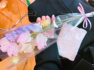 卒業式、息子からの花束の写真・画像素材[1087045]