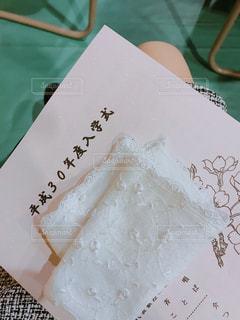 入学式待ちの母親の写真・画像素材[1137708]