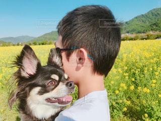 息子と愛犬の写真・画像素材[1158717]