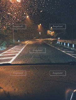 雨,黒,車,道路,ライト,影,水玉,街灯,夜道,雫,ドライブ,運転,ダッシュボード,ガードレール,助手席,フロント,フロントガラス
