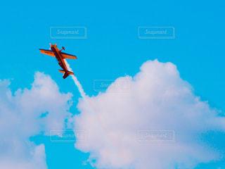 青い空を飛んでいるアクロバット飛行機の写真・画像素材[1312660]
