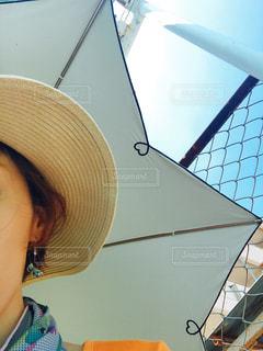 女性,空,自撮り,白,青空,帽子,暑い,ハート,麦わら帽子,フェンス,ピアス,日傘,ポートレート,ターコイズ,上半身,熱中症対策,酷暑,クールタオル,夏グッズ