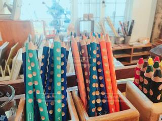 雑貨屋さんのカラフル色鉛筆たちの写真・画像素材[1537341]