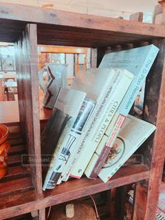 木製棚の英語の本の写真・画像素材[1544940]