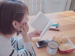 のんびり読書におやつタイムの写真・画像素材[1570149]