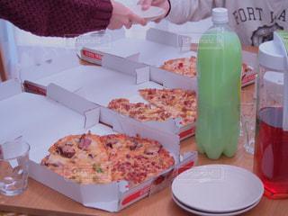 みんなでお昼はピザパーティの写真・画像素材[1664684]