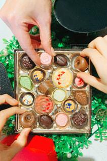 女性,3人,食べ物,スイーツ,ファミリー,かわいい,カラフル,手,バラ,指,おやつ,ハート,お菓子,チョコレート,食べる,甘い,バレンタイン,美味しい,チョコ,少年,俯瞰,リーフ,デコレーション,バレンタインデー,パール,複数,友チョコ,多色,取る,家族チョコ