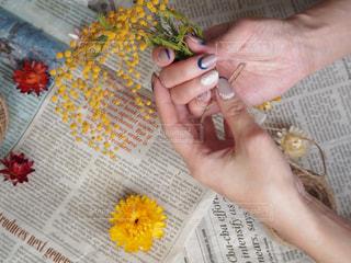 女性,花,ネイル,赤,花束,黄色,室内,手,ドライフラワー,英字新聞,ジェルネイル,セルフネイル,ミモザ,イエロー,手作り,華やか,レッド,3月,作る,麻紐,くくる,リース作り
