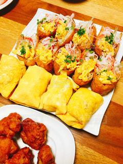 緑,赤,かわいい,黄色,テーブル,木製,卵,唐揚げ,お皿,いなり寿司,プレート,ストライプ,おしゃれ,包む,変わり種,ブロッコリースプラウト,カニカマ,薄焼き卵,デコいなり