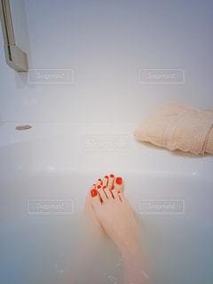 赤いペディキュアとバスタブで入浴中の写真・画像素材[1840517]
