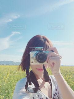 菜の花畑で撮影中の写真・画像素材[1840552]