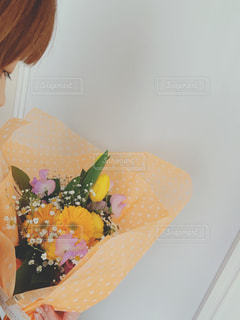 女性,花,屋内,かすみ草,花束,カラフル,きれい,チェック,黄色,チューリップ,オレンジ,プレゼント,嬉しい,人物,横顔,人,可愛い,ビタミンカラー,誕生日,イエロー,豪華,素敵,ガーベラ,誕生日プレゼント,ネルシャツ,フォトジェニック,スイトピー