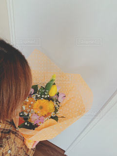 誕生日プレゼントの花束を抱えるの写真・画像素材[1885290]
