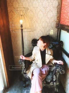 春コーデとレトロソファーの写真・画像素材[1994935]