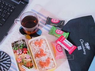 喧嘩の後のごめんなさいをお弁当とキットカットで。の写真・画像素材[2037563]