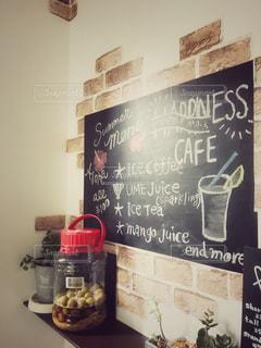 リビングの壁に黒板ボードでカフェメニューの写真・画像素材[2127308]