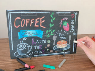 女性,コーヒー,パンケーキ,カラフル,絵,手,アート,指,いちご,苺,カトラリー,チョーク,cafe,お皿,ストロベリー,カウンター,描く,手描き,フォトジェニック,チョークアート,黒板アート,黒板ボード,多色,カフェボード