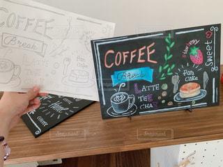 女性,看板,白,カラフル,黒,絵,手,アート,ブレスレット,黒板,チョーク,紙,描く,手描き,デッサン,ボード,フォトジェニック,チョークアート,黒板ボード,多色,下絵,有孔ボード,カフェボード