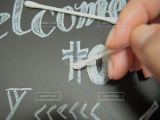 黒板ボードのチョーク跡を綿棒で消すの写真・画像素材[2172209]