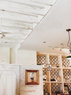 おしゃれカフェのホワイトインテリアの写真・画像素材[2265205]