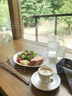 カウンターからの景色が素敵なカフェの写真・画像素材[2265682]