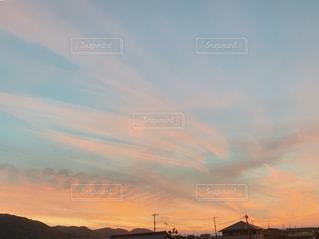 夏のカラフルな夕焼けの写真・画像素材[2351279]