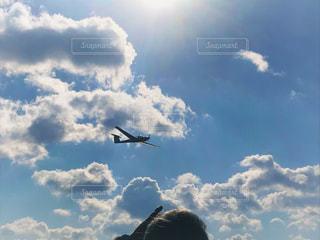 曇り空を飛ぶ飛行機の写真・画像素材[2412525]