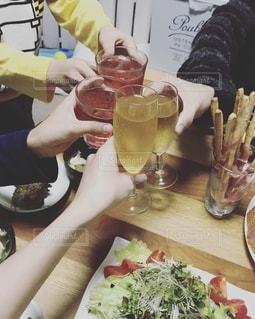 家族,パーティ,ディナー,お酒,テーブル,クリスマス,グラス,サラダ,乾杯,テーブルフォト,ドリンク,団欒,ワイワイ,グリッシーニ,ソフトドリンク