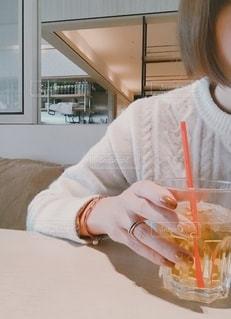 カフェであったか、ニットでまったりの写真・画像素材[2677535]