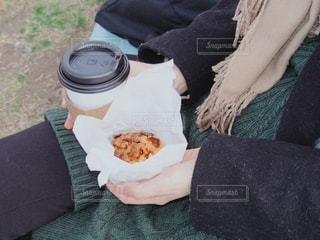 ホットコーヒーとニットでポカポカの写真・画像素材[2677576]