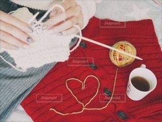 ニットでぬくぬくしながら編み物の写真・画像素材[2680938]