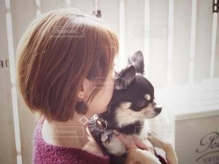 癒されるひと時を愛犬との写真・画像素材[2700079]