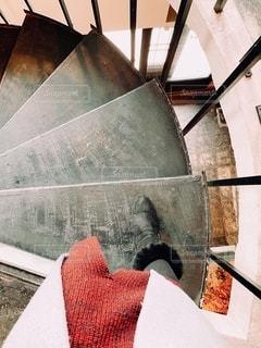 螺旋階段をブーツで降りるの写真・画像素材[2700876]