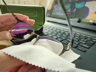 PCメガネを拭くの写真・画像素材[2758934]