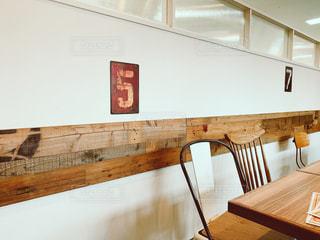 木製のテーブルと素敵インテリアの写真・画像素材[2874410]