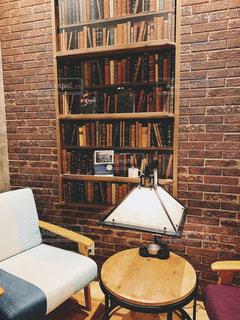 ブックカフェで読書の写真・画像素材[2896749]