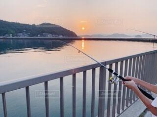 朝焼けと釣りの写真・画像素材[3740015]