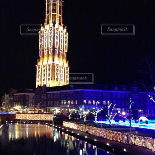 夜のライトアップされた街の写真・画像素材[854400]