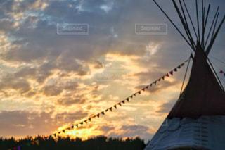 テント越しの夕焼けの写真・画像素材[957268]