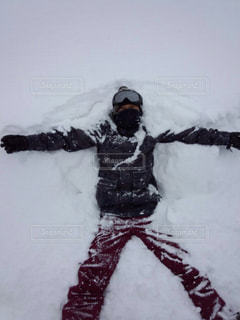 雪の中に大の字に寝る - No.958858