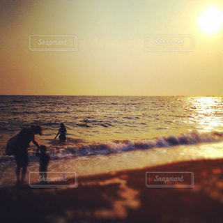家族,自然,アウトドア,海,夕日,屋外,浜辺,旅行,旅,日本,夕陽,休日