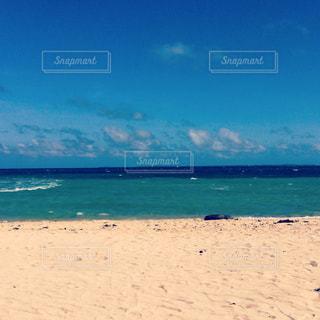 海の横にある砂浜のビーチの写真・画像素材[1016530]