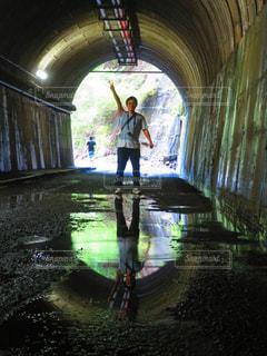 男性,カメラ,水たまり,暗い,反射,男,鏡,旅行,旅,トンネル,日本,暗闇
