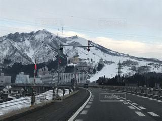 山道で雪に覆われた世界の写真・画像素材[1712934]